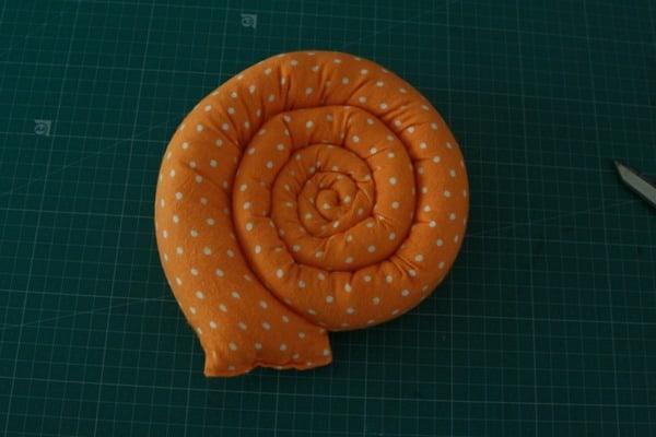 Sew a stuffed snail (11)