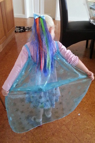 Sew a simple Elsa cape (1)