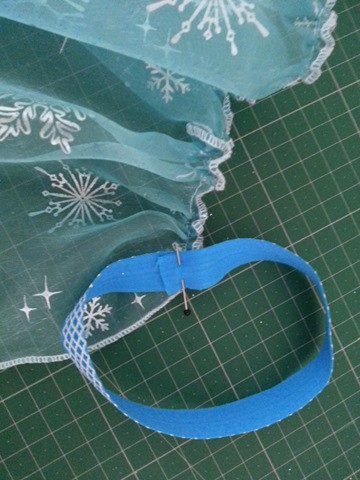 Sew a simple Elsa cape (4)