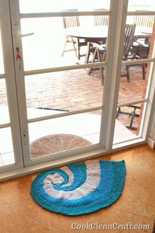 How to knit a seashell rug using Tshirt yarn (1)