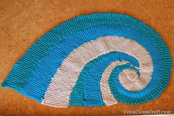 How to knit a seashell rug using Tshirt yarn (2)