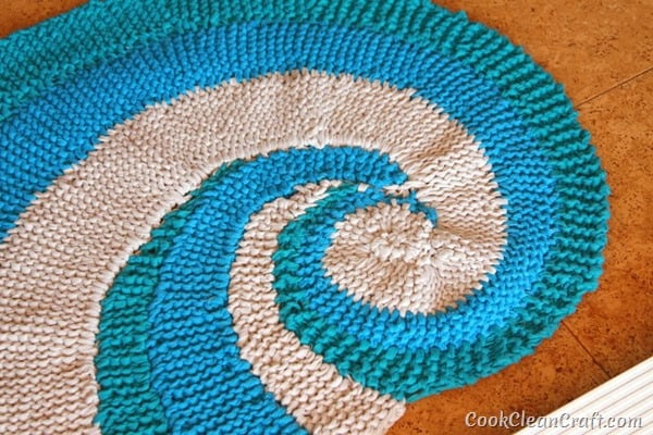 How to knit a seashell rug using Tshirt yarn (3)